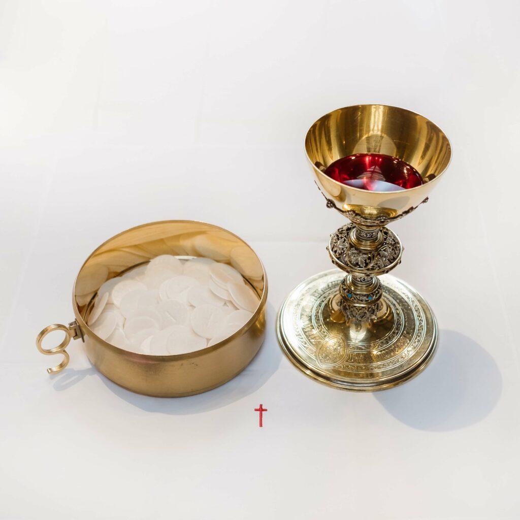 Katholischer Weinkelch mit Brotbehälter