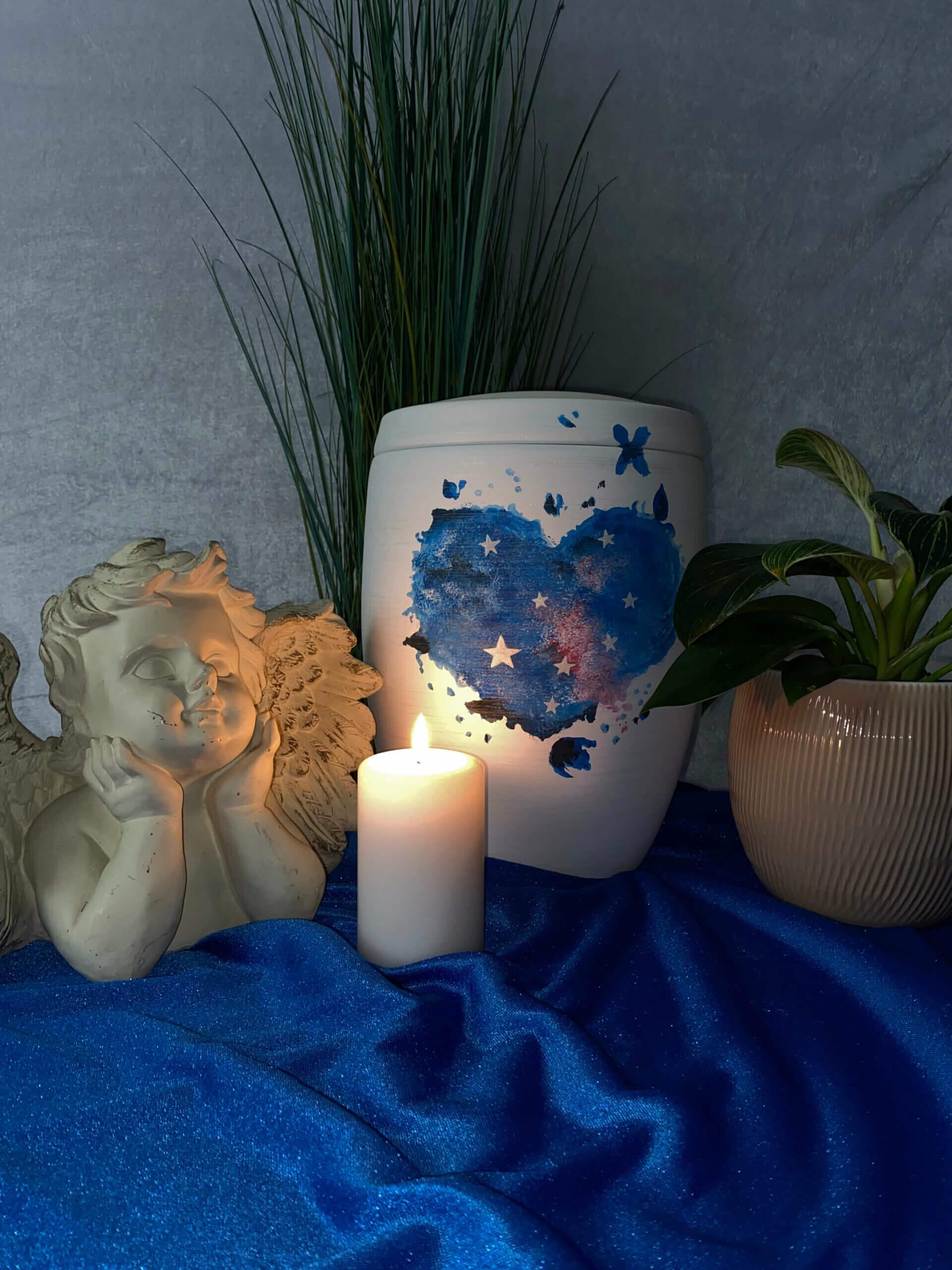 Runde weiße Urne mit blauem Herz