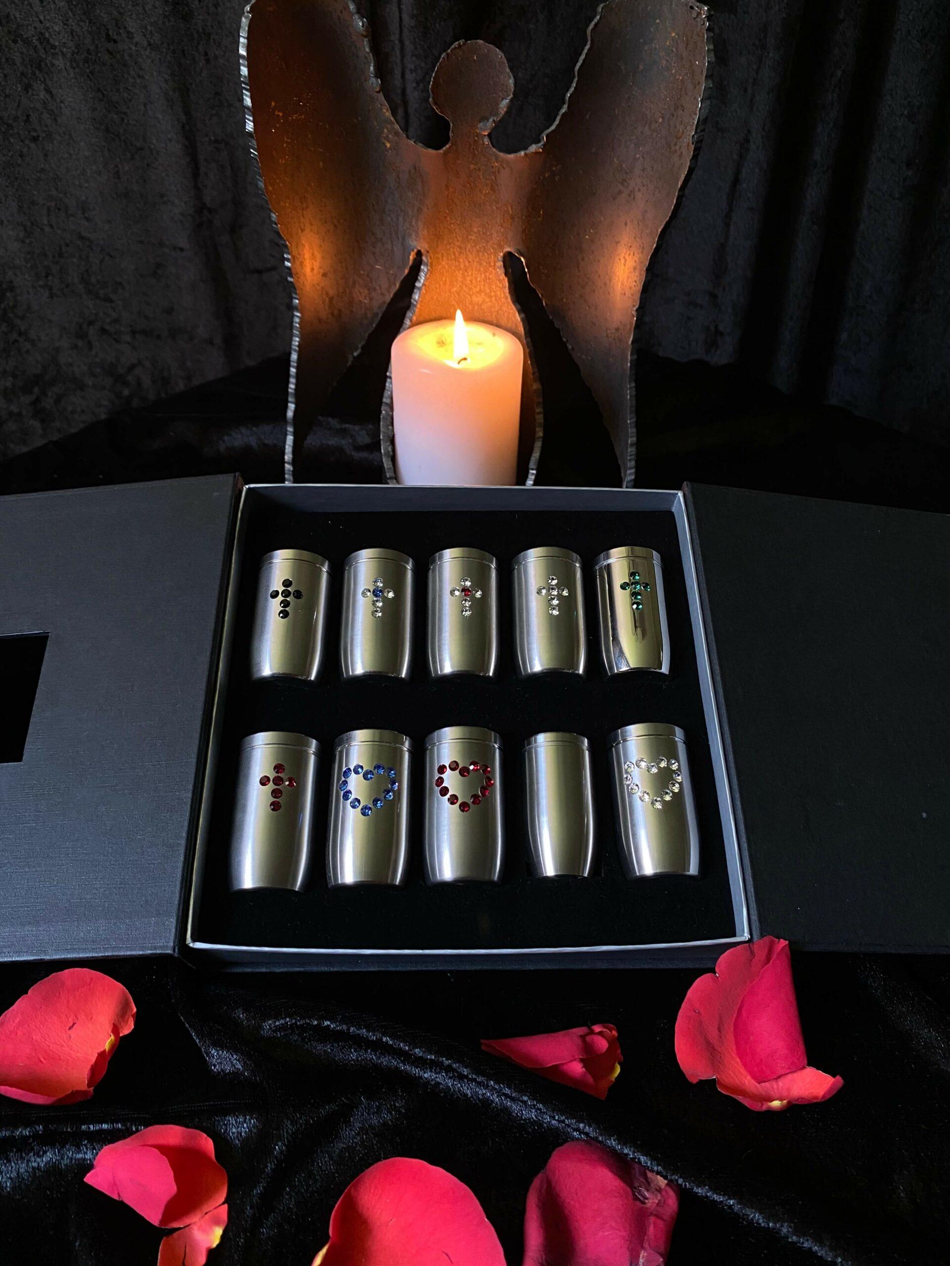 Zehn kleine Miniatururnen in schwarzer Box