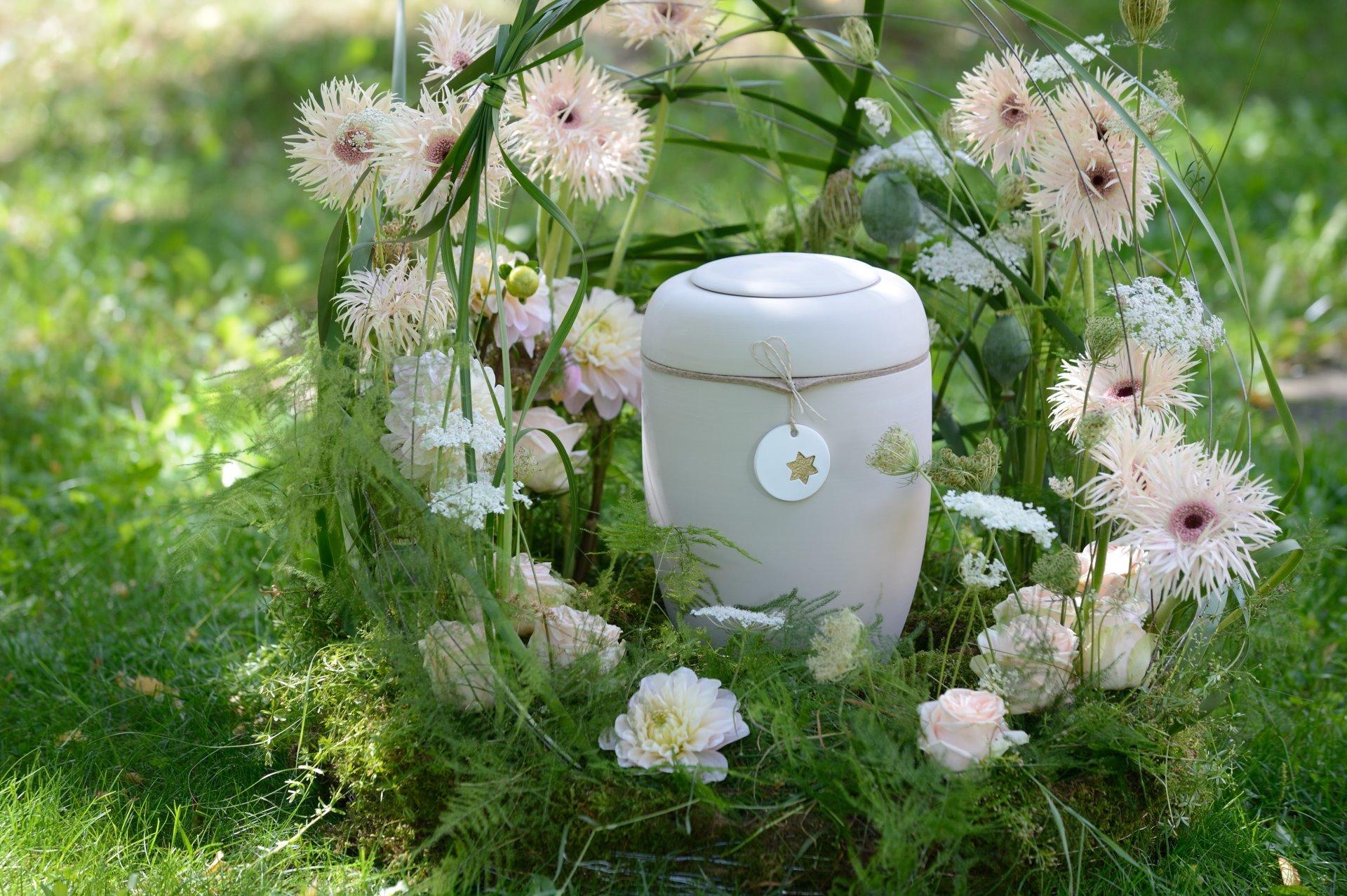 Blumenschmuck mit Urne in der Mitte