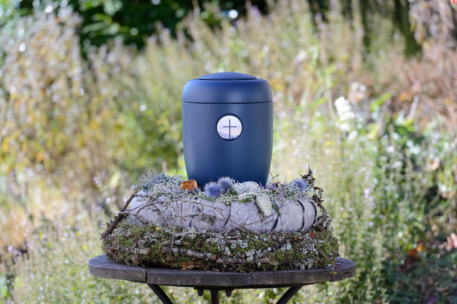 Blumiger Hintergrund zu blauer Urne