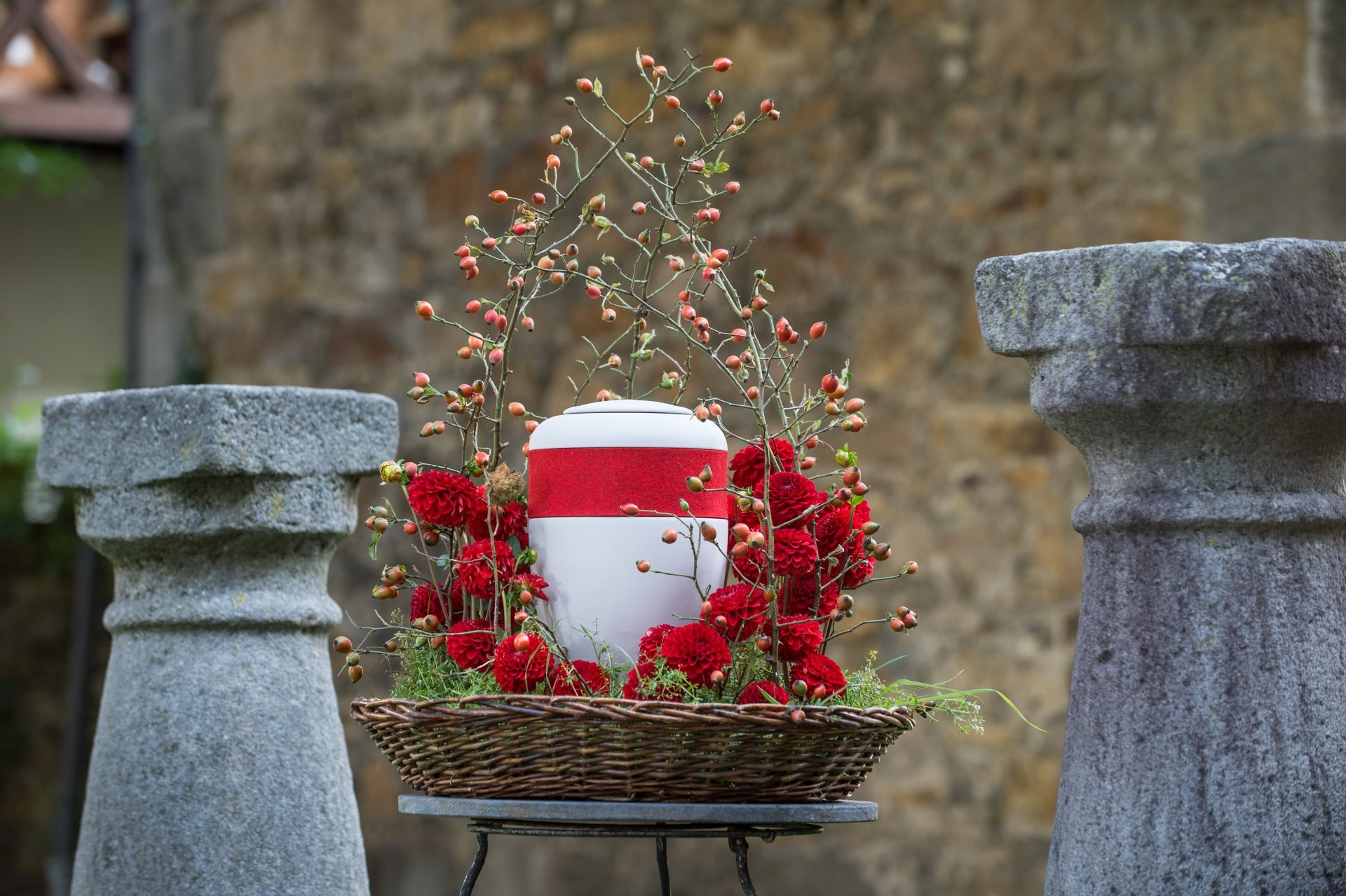 Rosendekoration mit heller Urne
