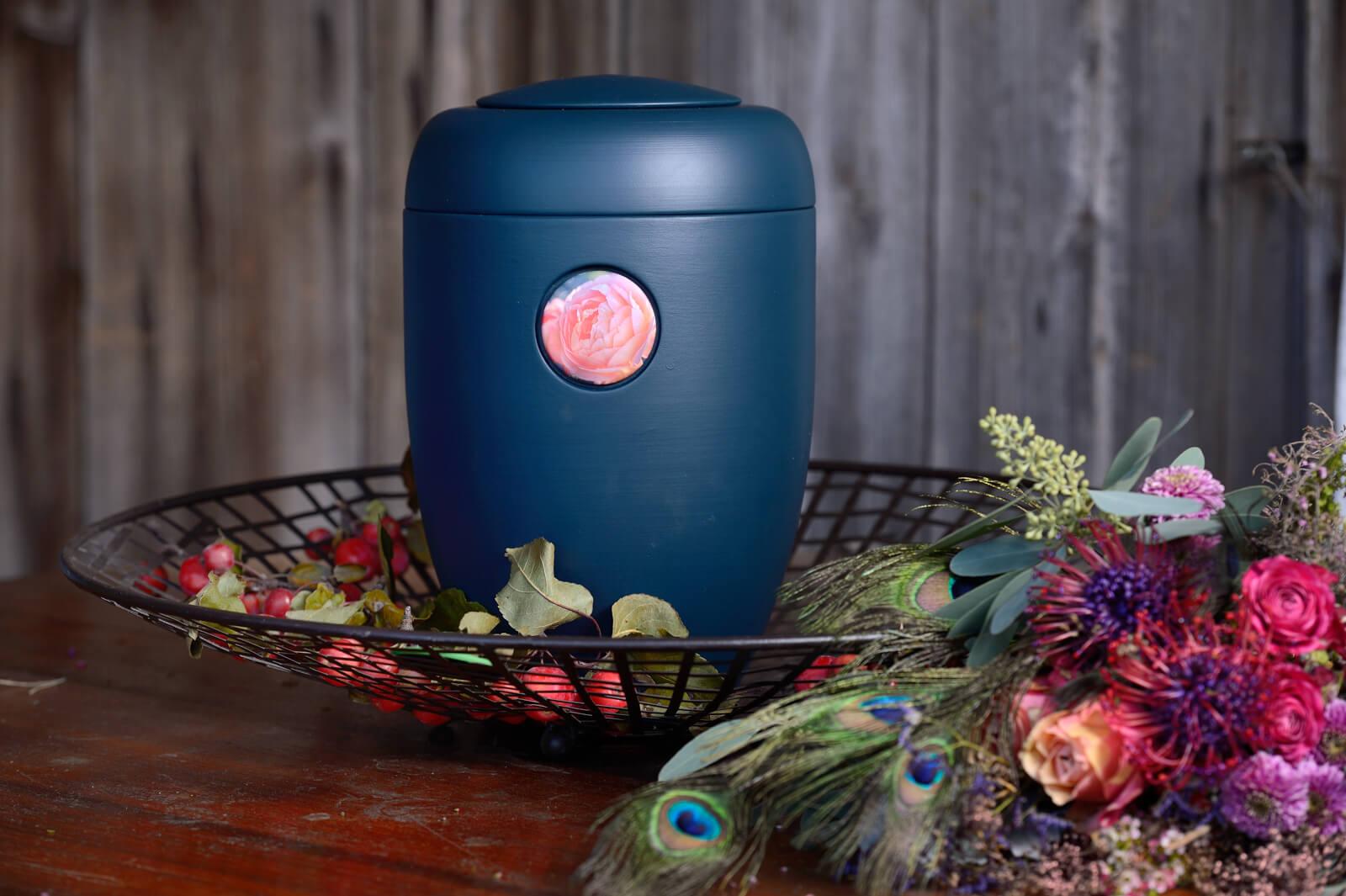 Tellergestell mit blauer Urne mit Rosensymbol