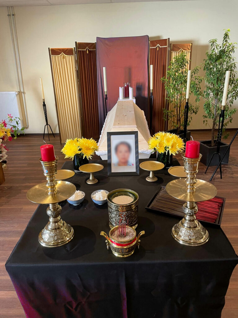 Buddhistisches Bestattungsritual mit Kerzen und Räucherstäbchen