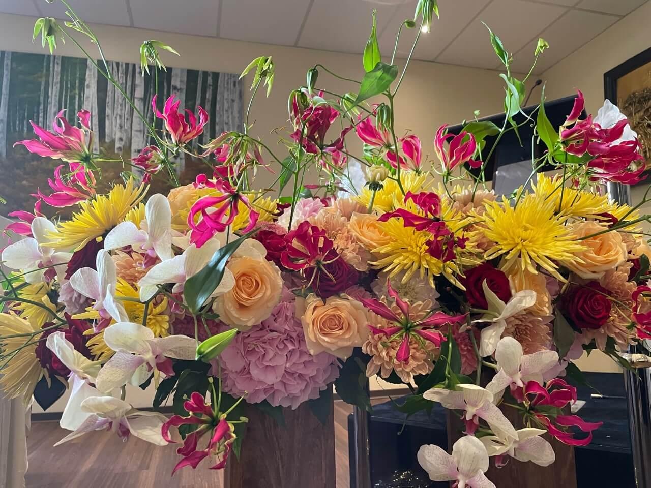 Buntes Sargbukett mit verschiedenen Blumen