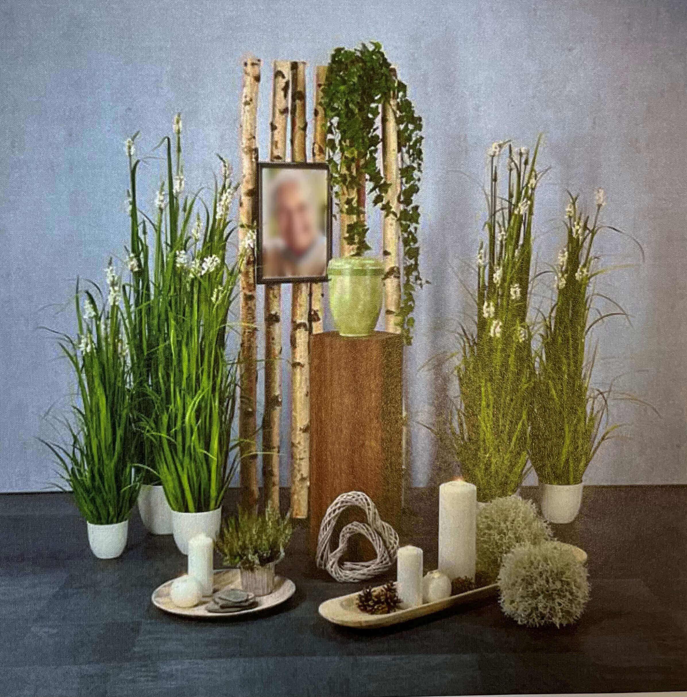Grüne Pflanzendekoration für Trauerhalle
