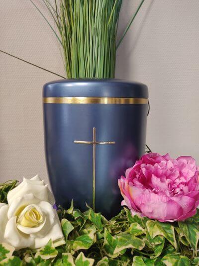 Blaue Urne mit Goldkreuz