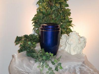 Blaue Urnenkapsel für Rasengrab
