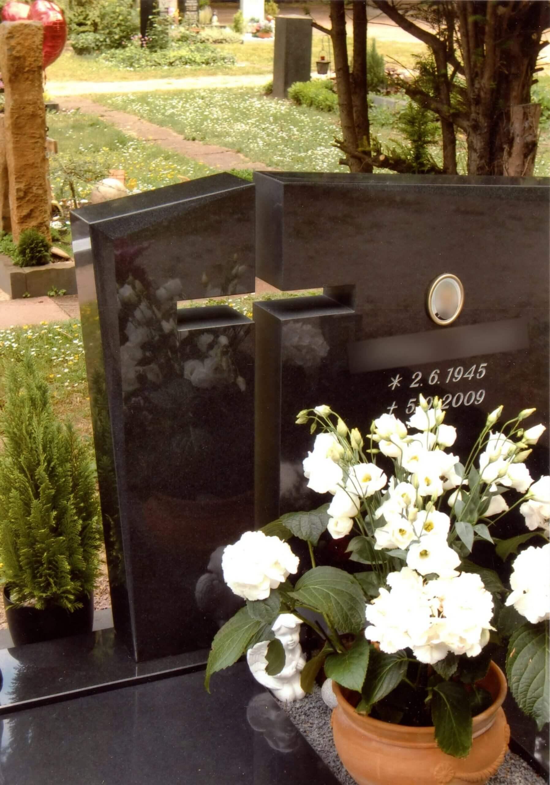 Aussparung in Kreuzform auf Grabstein
