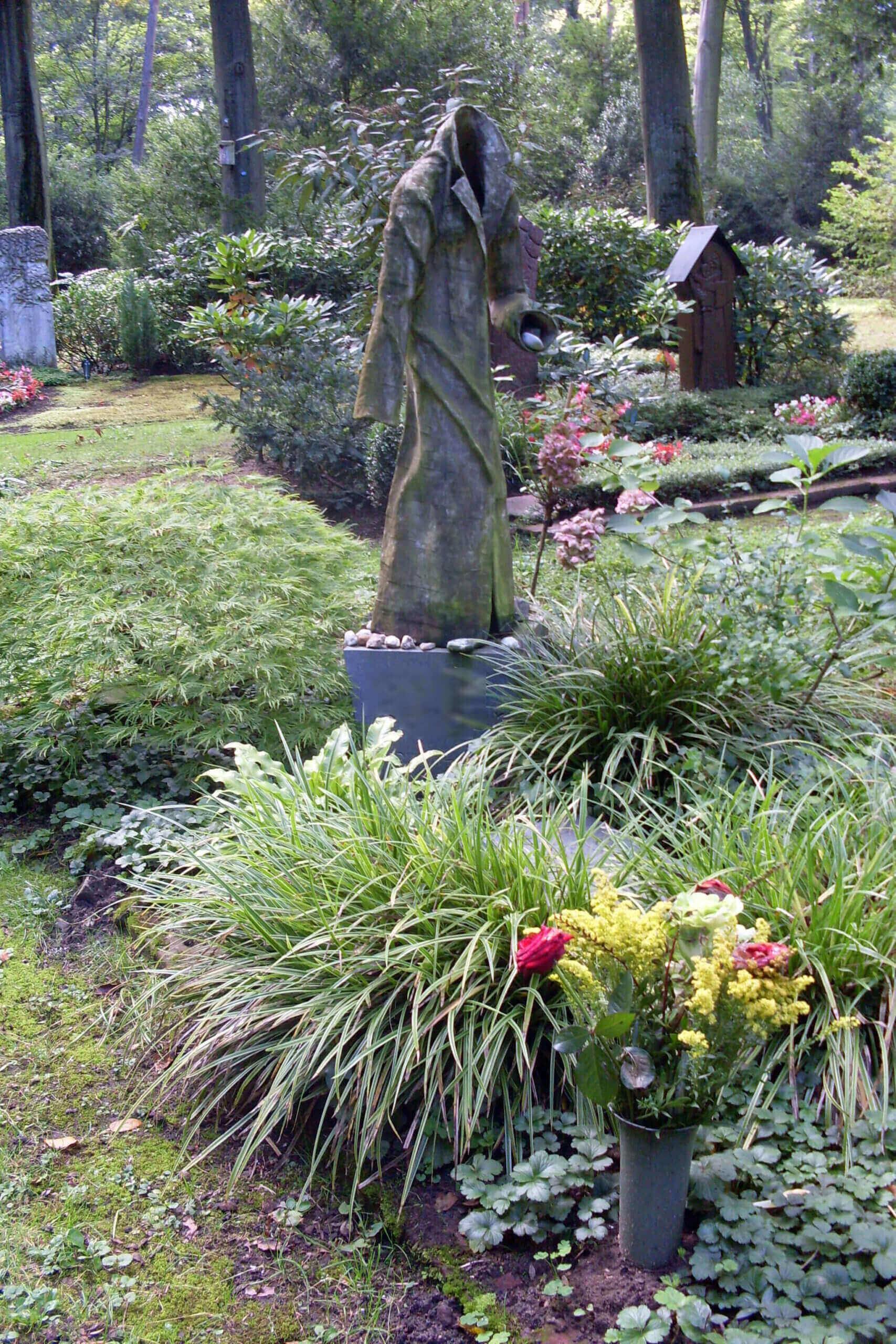 Große Steinfigur auf Grabstein